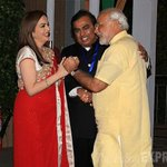 First Couple of India thanking an employee for providing Security in order to protect taxpayers money.(2016) https://t.co/lMRw1dOGqe