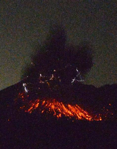 桜島が爆発的噴火、噴煙5000メートル 市街地に降灰、車のフロント黒く sankei.com/wes…