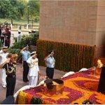 Raksha Mantri @manoharparrikar & Service Chiefs pay tribute at Amar Jawan Jyoti on 17th #KargilVijayDiwas today. https://t.co/Qwn7Q6geFN