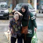 What else can the hijab do? Umbrella ☔ (picture credits to Singapore TODAYonline) https://t.co/sYQMZqu7fe