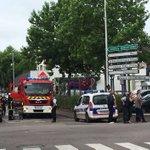 Dos muertos en una toma de rehenes en Francia https://t.co/jEsK7RWrL8 https://t.co/8odHaN5iVu