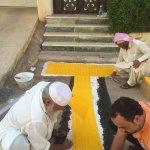 متطوعون ينفذون مسارات خاصة بالمكفوفين من منازلهم إلى المسجد..  #بريدة #السعودية  - https://t.co/PG82wvjBOH