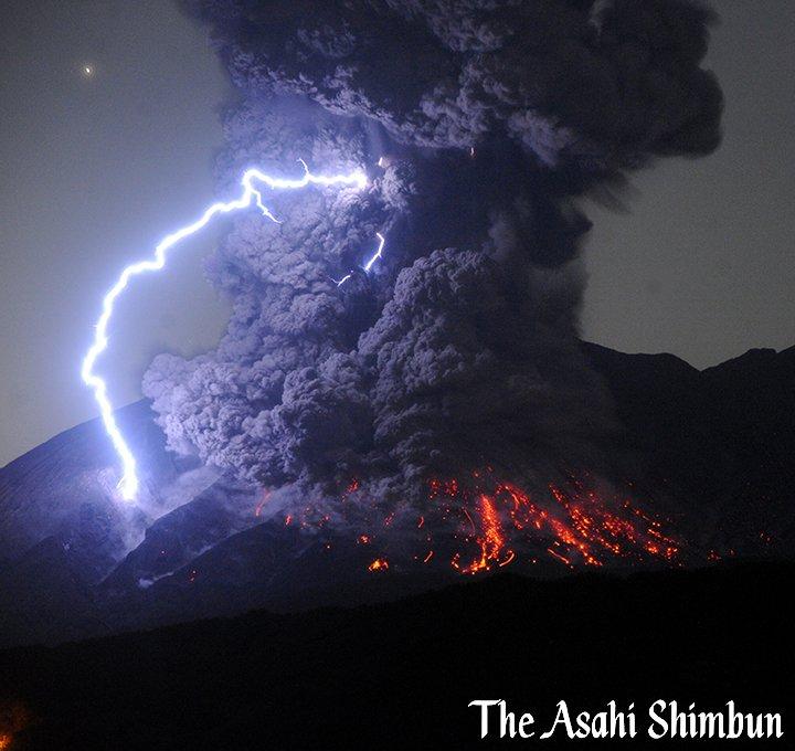t.asahi.com/jsh1 鹿児島市の桜島の昭和火口で爆発的噴火があり、噴煙の高さが火口から5…
