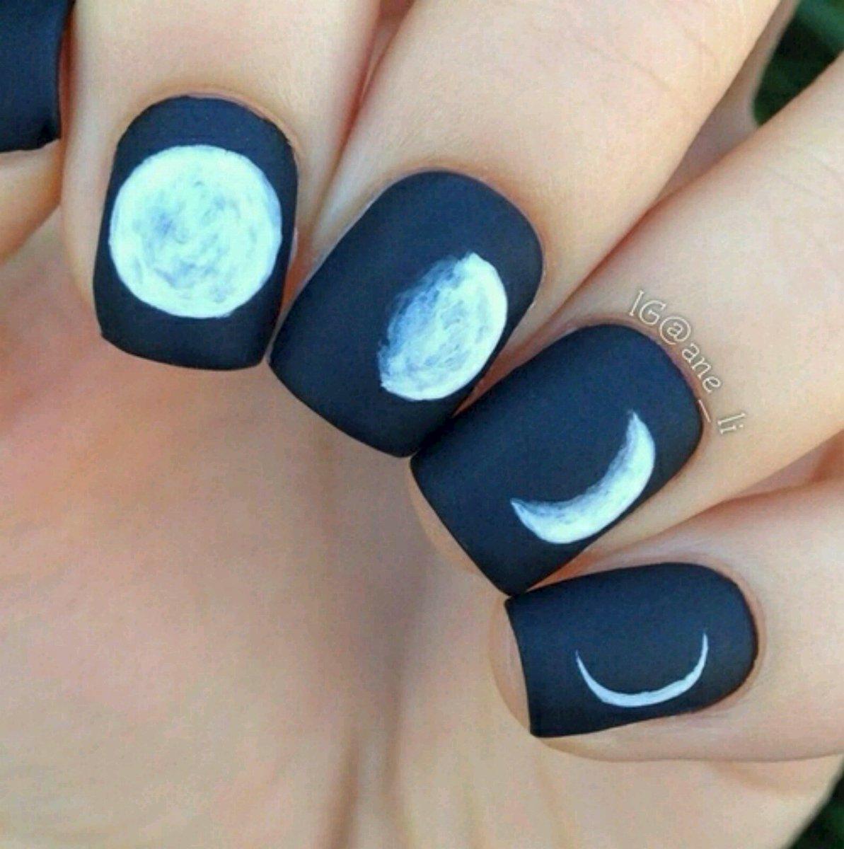 Маникюр с фазами луны