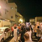 صور إلى الحشود الشعبية المعتصمة أمام منزل سماحة آية الله الشيخ عيسى قاسم في بلدة الدراز عشية محاكمته. #البحرين https://t.co/BpQNBqwjwU