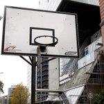 Er hing fest!|Teenie aus Basketballkorb gerettet