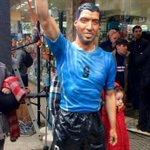 Pasó el #CiclonExtratropical y le desordenó la cara a la estatua de Suárez, conviertiéndolo en Marcos Vitette. https://t.co/Fjc3TosWBD