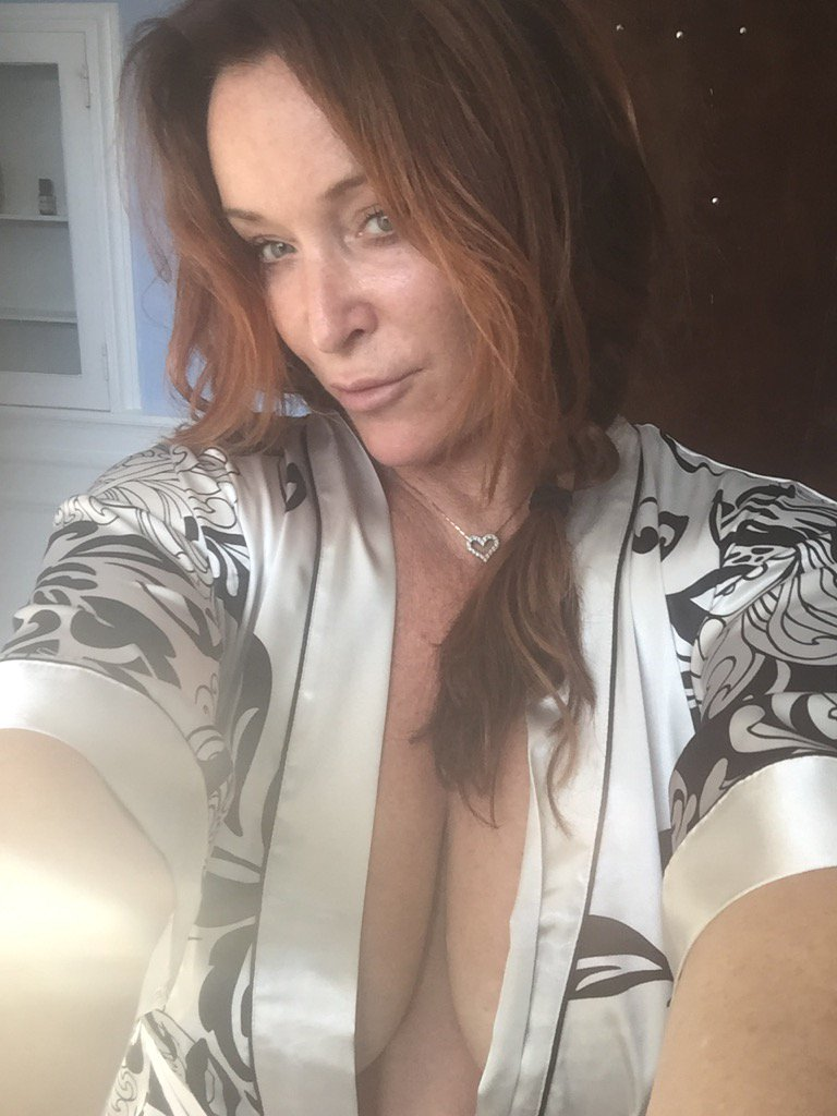 Mmmm mommy wants to show you her satin robe (: 4pMrx33KfR