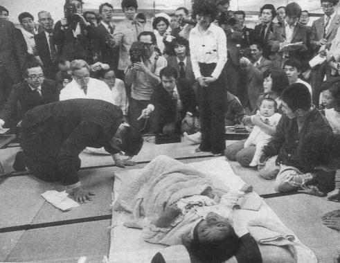 石原慎太郎氏は1977年環境庁長官時代、水俣病患者さんの手紙に「IQの低い人が書いたような字だ」「(…