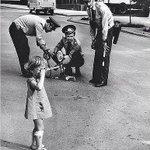 Милиционеры ремонтируют плачущей девочке велосипед, 1980 год https://t.co/s1CkoZ54yE