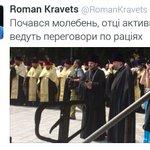 #Украина 🇺🇦 #Киев -Второй первому, приём. -Слушаю, первый. -Подтягивайте массовку! -Есть, товарищ майор! #ПопПарад https://t.co/8WxjeqLEgK