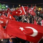 FETÖnün darbe girişiminin ardından, Sivas Meydanında toplanan vatandaşlar demokrasi nöbetini sürdürüyor https://t.co/Kc1Xu8IfZq