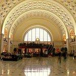 Центральный железнодорожный вокзал Вашингтона эвакуировали из-за угрозы взрыва https://t.co/ygbfwY6E86 https://t.co/s4YyyEU8Lj