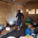 In de Belgische Keuken in vluchtelingenkamp Le Jungle in Calais koken vrijwilligers elke dag eten voor 800 mensen. https://t.co/yOgyKeWN1T