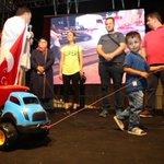 Türk bayraklı oyuncak kamyonuyla nöbete katılan Utkuya yeni oyuncak kamyon hediye edildi https://t.co/d5QLIeXRQG https://t.co/t3dXLkZaMh