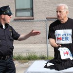 Biden Busted In DNC Parking Lot Selling Bootleg 'I'm With Her' T-Shirts https://t.co/CGx4lYerao https://t.co/HCym6TrY4J