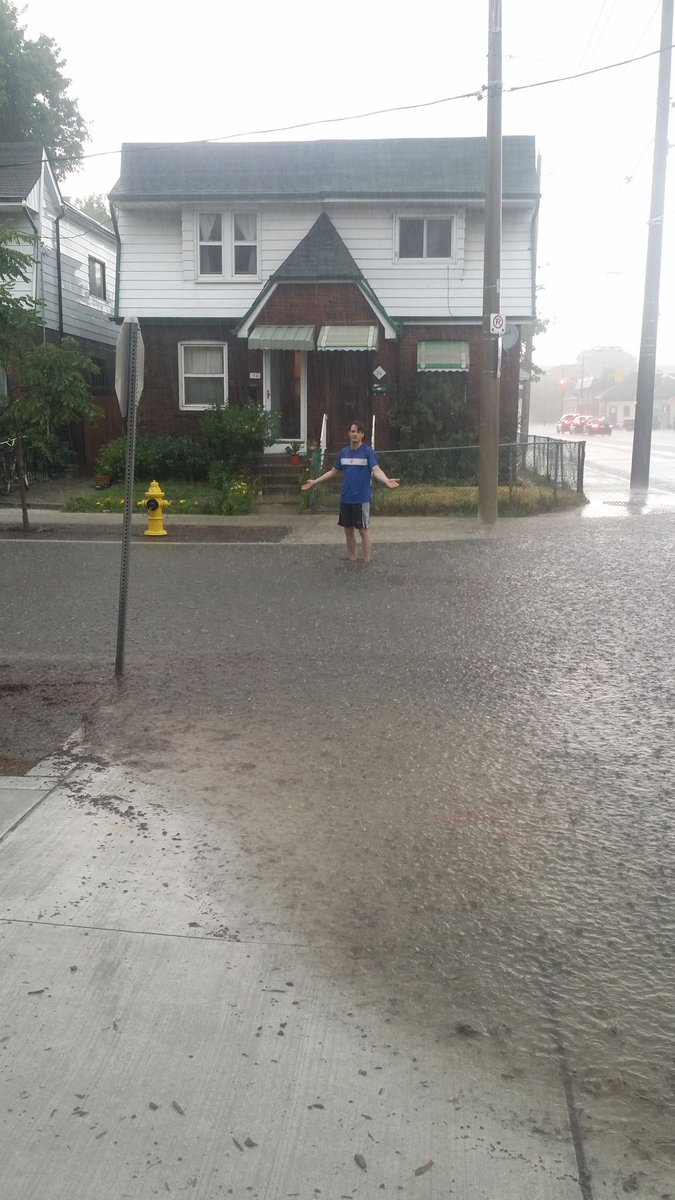 .@bradTTC Leslie and Mosley are flooding where TTC redid intersection for Leslie St. Track. https://t.co/zJjKMY8Gy9