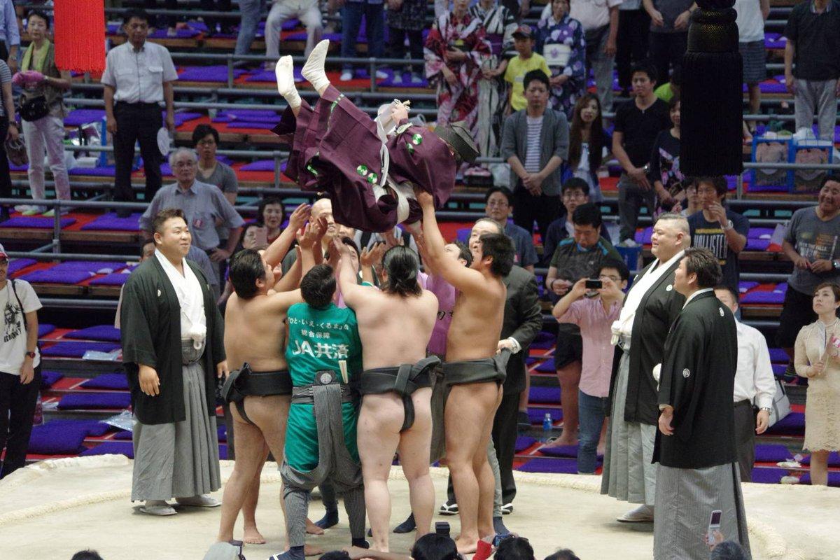 <千秋楽の様子>最後に御幣を捧げ持った行司を胴上げします。これが神送りの儀式です。行司は木村隆男。以…