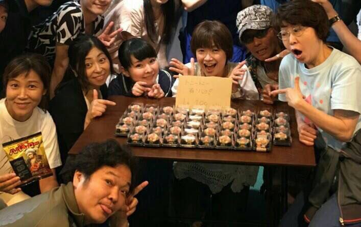 いきなりスタジオに チョッパー饅頭を行商に 大谷育江が来たので 皆で記念撮影😅