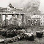 Liebe #AfD, Berlin nach 12 Jahren Hitlerdiktatur. Er versprach Deutschland groß, Juden weg, etc. Schon vergessen? https://t.co/hn0SoyxrLO
