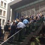 Heute die härteste Tür Dtls. Warten auf Einlass zur #Merkel-PK BPK. (Und nein, der @thodenk ist nicht der Türsteher) https://t.co/MbQBIjyHRn