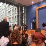 Erstmals bei Auftritt der Kanzlerin in der #Bundespressekonferenz: Taschenkontrolle des BKA am Eingang. #Merkel https://t.co/h1tNS7xwYd