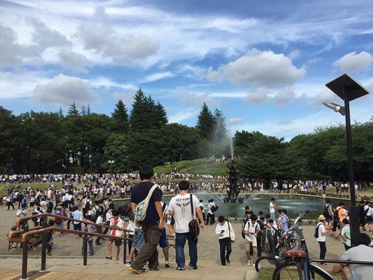 姉がSNSにあげてた写真。  これみんなポケモンGOやってるんだって!@世田谷公園!  うそでしょ。ギャグでしょ。 https://t.co/74PZ5SE9Fa