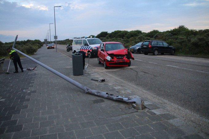 Ongeluk op de Strandboulevard in Hoek van Holland waar een lichtmast omver is gereden. Bestuurder gewond geraakt https://t.co/Ri218jbRrI