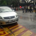 Mientras está la evacuación en @CEDHJ tras el sismo, un automóvil obstruye el espacio de bomberos Foto: A Hinojosa https://t.co/JAeyNHn2DR