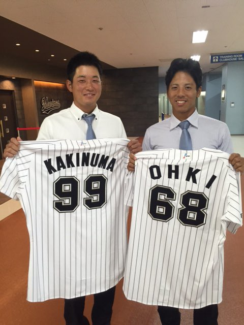 真新しいユニフォームを手に笑顔の大木、柿沼の2選手。(広報) #chibalotte