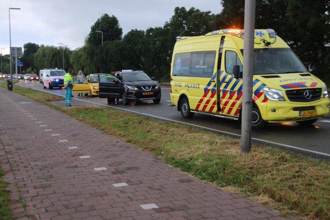 Ongeluk op de Middel Broekweg Honselersdijk gaat om een kop-staartbotsing. Alleen blikschade en de schrik https://t.co/58vZVUfwSz