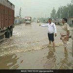 """#Gurugram """"NH8 at Hero Honda Chowk cleared for heavy vehicles; moving slowly due to flooding,"""" tweets @gurgaonpolice https://t.co/kEkNvv4jW1"""