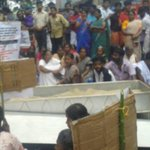 Dalits protesting with dead body on NH for a public burial ground in Malappuram, #Kerala. No BJP state so no news https://t.co/NneS7SVNV6