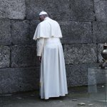 """Silent throughout, Pope visits Auschwitz – prays at """"Death Wall,"""" St Maximilian Kolbes cell: https://t.co/TMdxs5hpyP"""