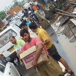 #RSS Swayamsewaks distributing water, biscuits etc. to needy people trapped in #Gurugram - #Delhi Jam. #Humanes https://t.co/FKemyUYjtp