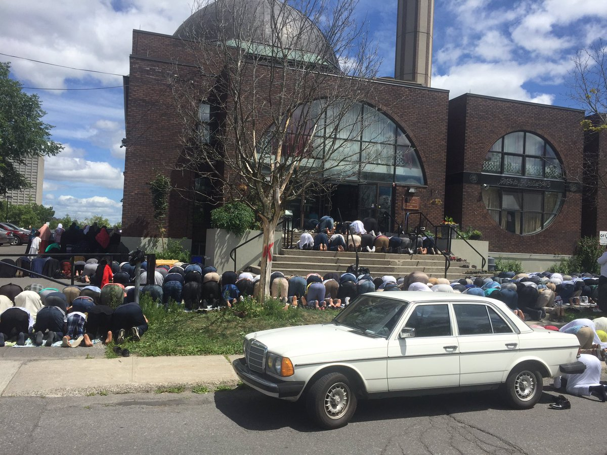 Turnout for #Abdi funeral is so large, people are praying in the parking lot and on front lawn of the mosque. #yow https://t.co/hSKqQer30L