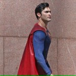 "Plus de photos de Tyler Hoechlin en tant que Superman dans la nouvelle saison de ""Supergirl"": https://t.co/WpUZ09yF27"