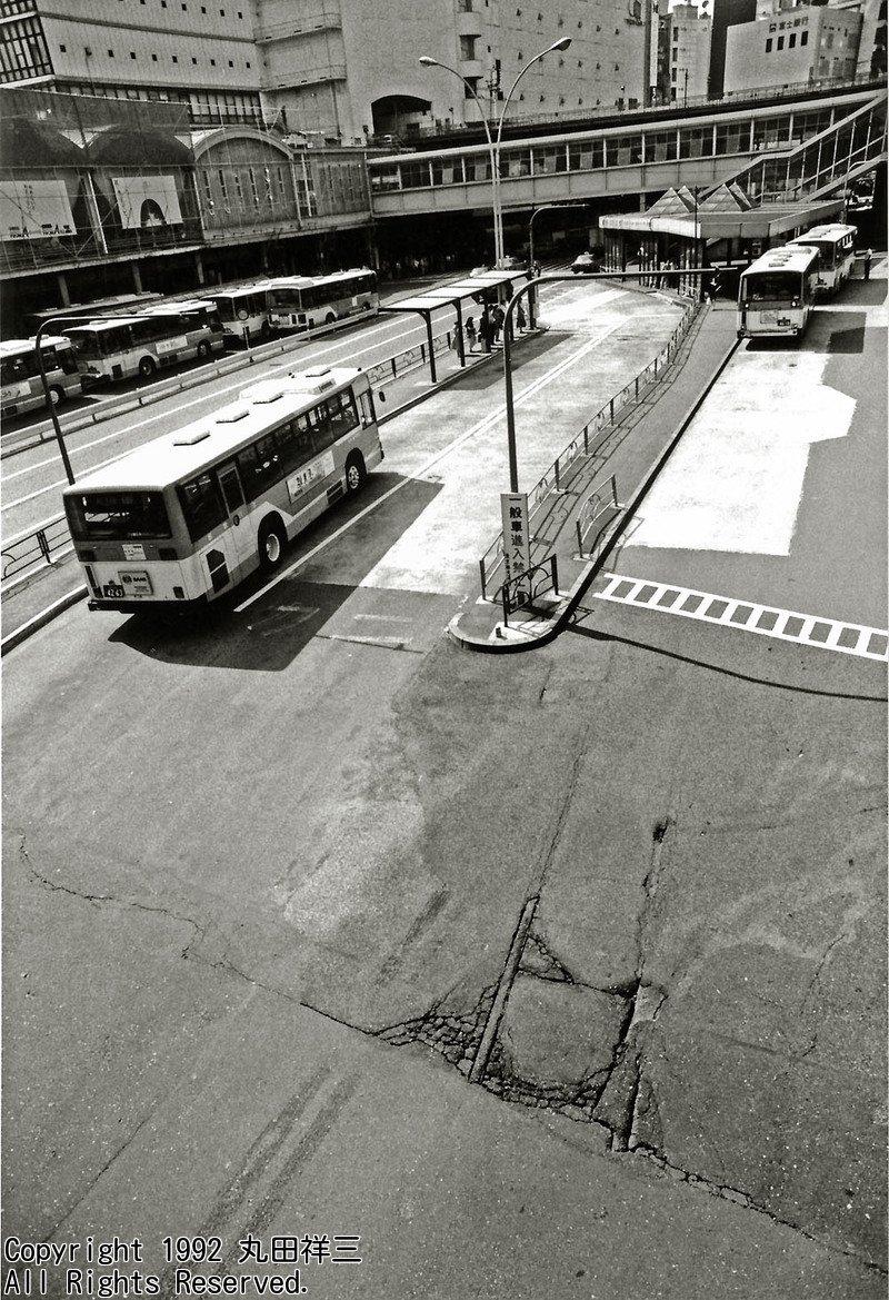 ■昔は暑い日が続くと、廃止されて埋められた都電のレールが、再び浮き出てきたものでした/渋谷駅前にて/1992年撮影/『東京幻風景』(https://t.co/8FXMUPi0tM) に続く、新刊『廃線の本』鋭意、制作中です! https://t.co/mQEMnW2PAP