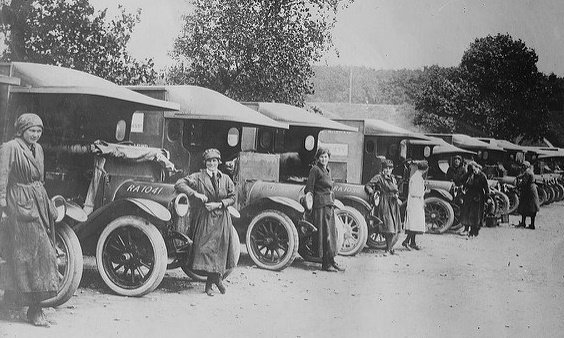 A moment in time captured — female motor ambulance drivers with their vehicles, June 27, 1917. (Image credit: LOC) https://t.co/1v6pacK5ga