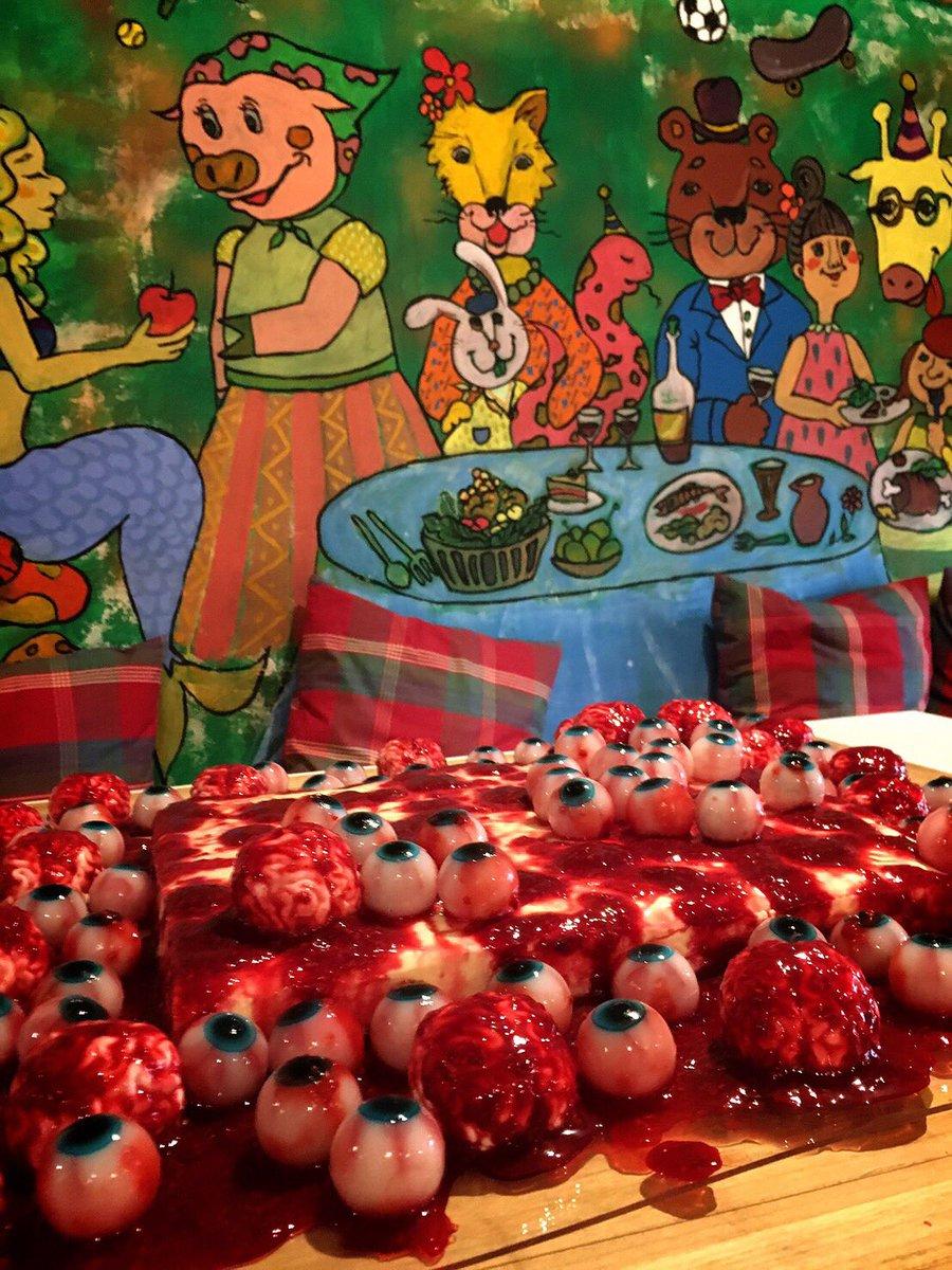 本日は結婚式のケーキのご注文をいただき、目玉80個脳みそ24個の大虐殺ケーキを作ってきました。
