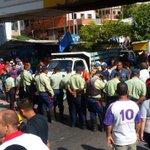 Maduro ordena guarimba con policías para que no lleguemos a Sucre!Cerrado paso en carretera nacional! https://t.co/pGbfhWLkGw