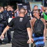 """""""Wir wollen nicht in die rechte Ecke gestellt werden"""", aber Hakenkreuz-T-Shirts tragen. 🤔 #b3007 https://t.co/e3XNwh380Y"""