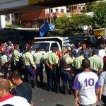 "Gobernador @hcapriles denuncia que ""guarimba"" de policías no lo deja entrar al estado Sucre. https://t.co/re4FfajISM https://t.co/XEfs6nAzbI"