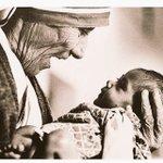 """""""No podemos hacer grandes cosas, pero sí cosas pequeñas con un gran amor"""" Madre Teresa de Calcuta #FelizSabado https://t.co/HHQucJonak"""