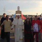 Zaczynamy! @Pontifex_pl wraz z młodzieżą przeszedł przez Bramę Miłosierdzia! #PontifexKrakow #ŚDM #krakow2016 https://t.co/TBYMabVHHM