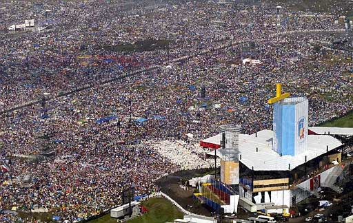 30yrs ago Poland unable to  practice faith. Tonight One Million young people keep vigil in #Krakow2016 for #WYD2016 https://t.co/yV6zI7D8n6