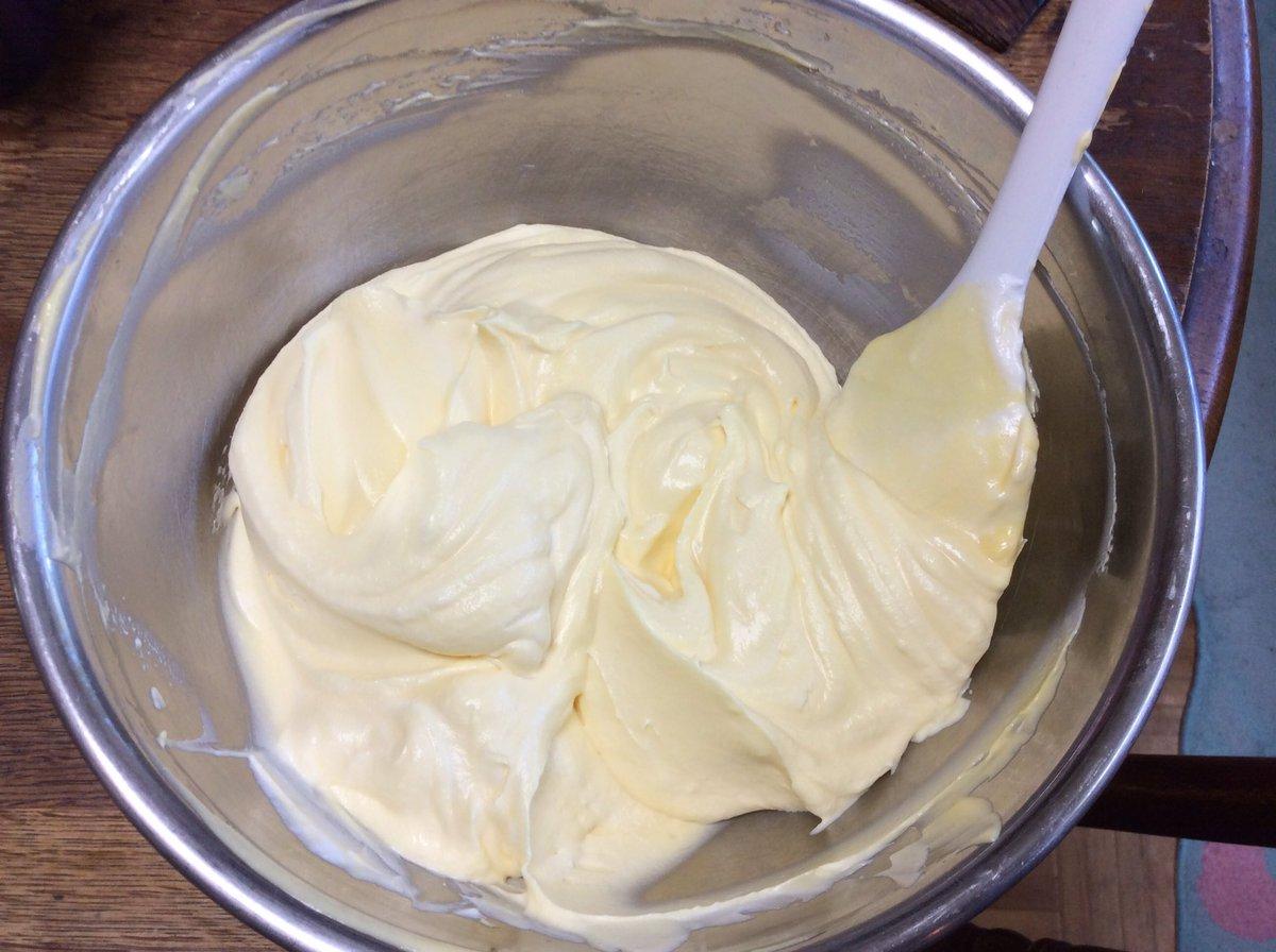 ティラミスなんてとっても簡単!マスカルポーネと生クリーム、卵黄でチーズクリームを作って、フィンガービ…