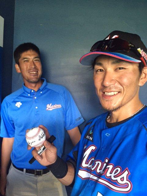スタンドに投げ入れるボールに『Thank you 幕張』と書き込む細谷選手。「タオル売り切れたと聞き…