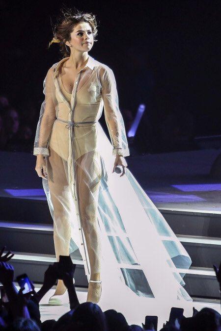 いよいよ明日は初来日公演! セレーナ・ゴメスが着る、気になるツアー衣装7選 front-row.jp…
