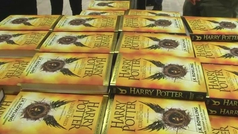 <해리포터 8번째 책 외전 출간> '해리포터와 죽음의 성물'로부터 19년 뒤의 이야기이며, 해리포터가 세 명의 아이를 두고 마법부에서 근무한다는 설정이라고 합니다. https://t.co/yL3Ts0bFQW https://t.co/inSmThWbPb